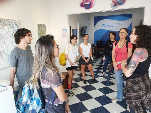 garenarua sesc vilamariana alunos conversando na galeria da gare