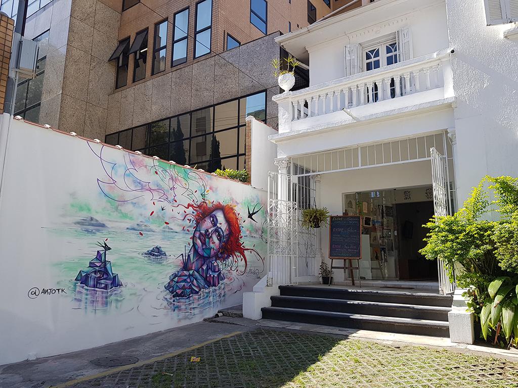 grafite no mural da fachada da Gare Escola de Artes Criativas e Design