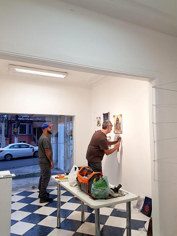 Montagem da exposição de grafite de Anjo TK galeria Gare