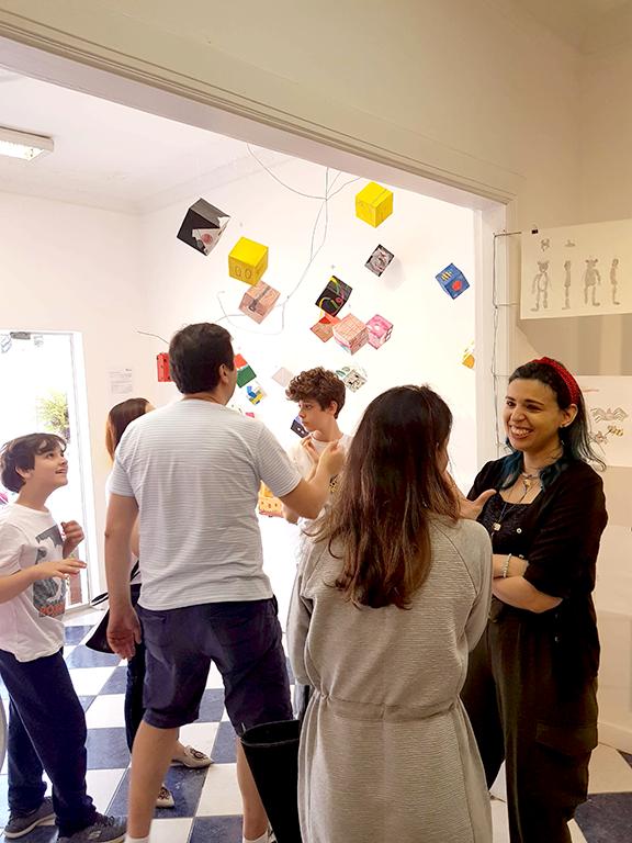 Exposição Arte para Crianças pessoas na abertura na galeria