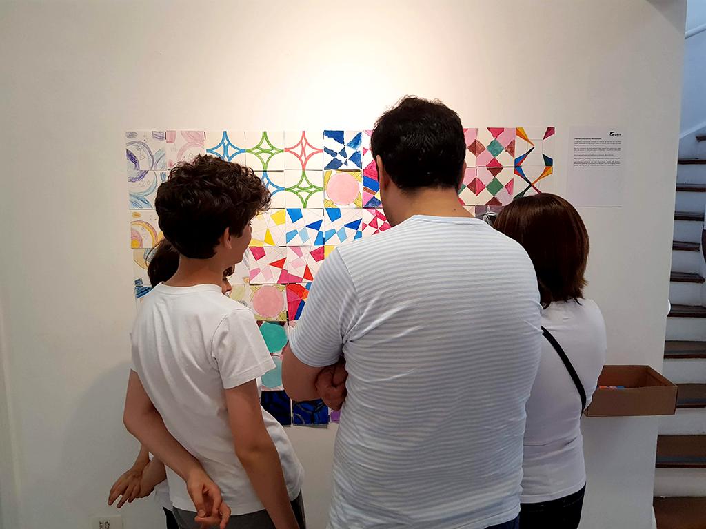 Exposição Arte para Crianças pais olham desenhos