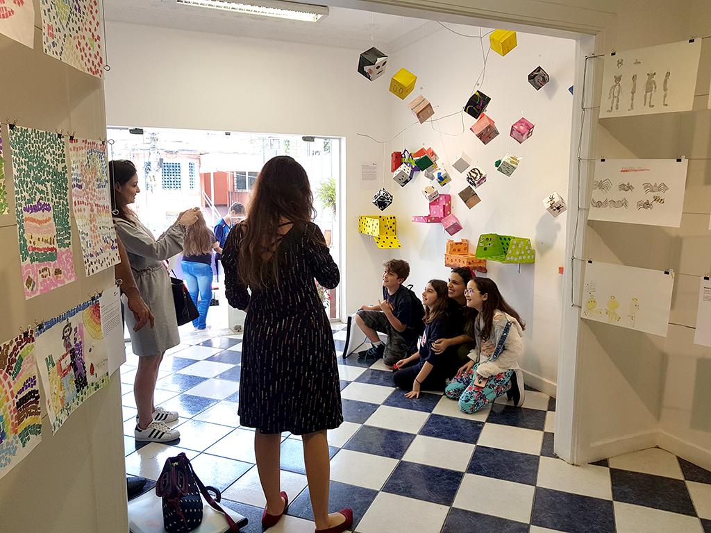 Exposição Arte para Crianças pessoas na abertura da galeria