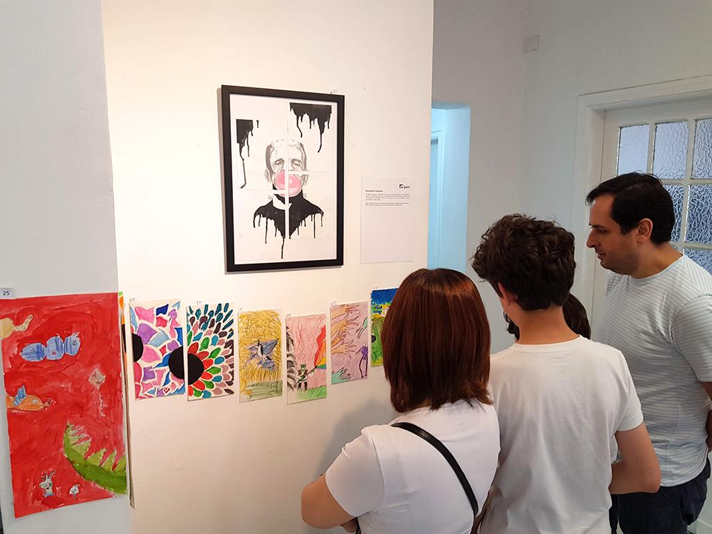 Exposição Arte para Crianças desenhos pessoas observam