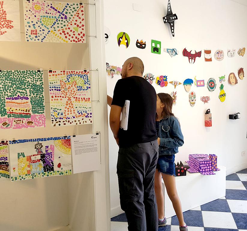Exposição Arte para Crianças pai e filho vendo trabalhos