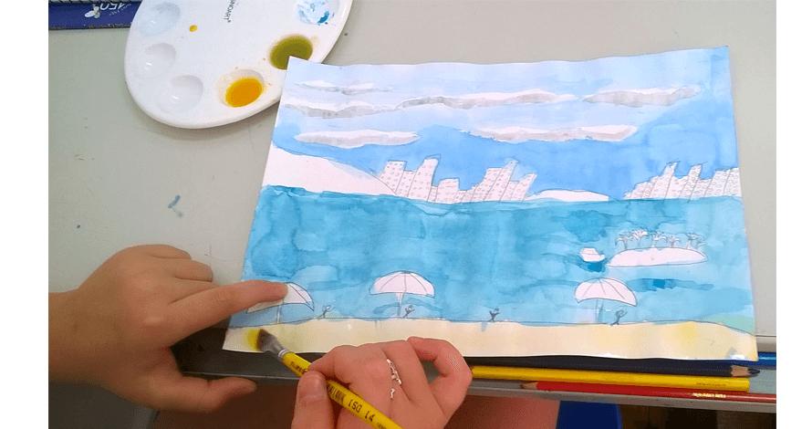 criança pintando praia e prédios com aquarela