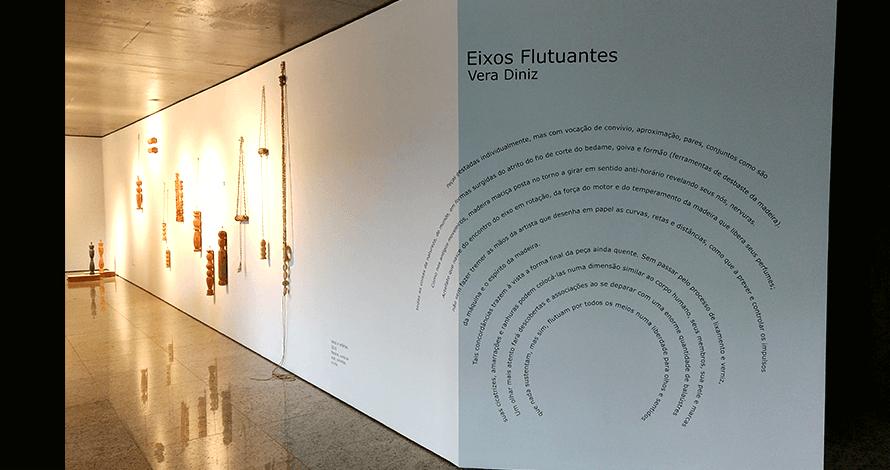 Práticas de Artista oNúcleo exposição com objetos de madeira