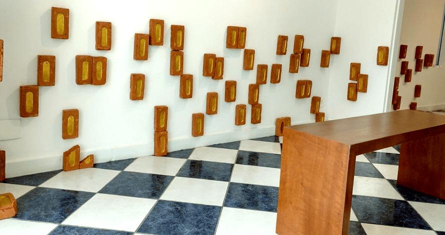 Práticas de Artista oNúcleo tijolos com dourado exposição galeria gare