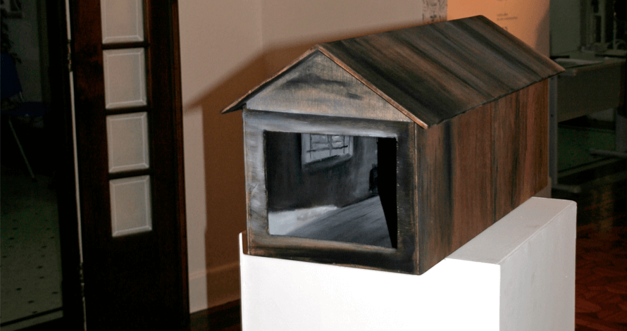 Praticas de Artista oNUCLEO casa de madeira pintada em exposição