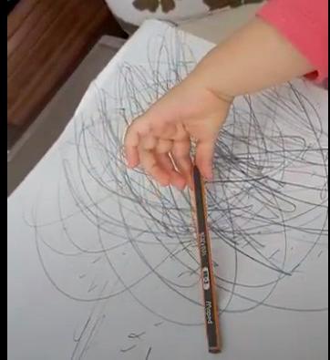 desenho infantil com mão de criança segurando um lápis
